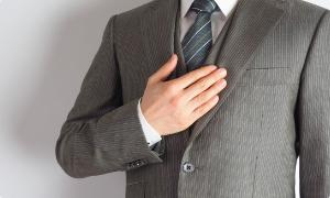 胸を抑えるビジネスマン